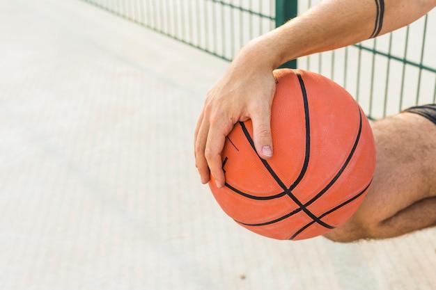 Close-up, de, um, mão masculina, segurando, basquetebol