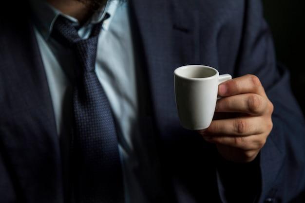 Close-up, de, um, mão masculina, xícara segurando