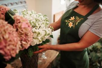 Close-up, de, um, mão mulher, arranjar, flores, em, loja floral