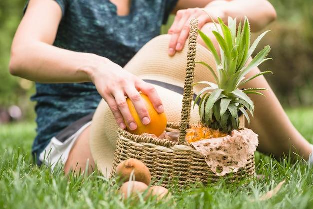 Close-up, de, um, mão mulher, com, cesta, segurando, laranja, fruta