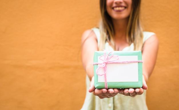 Close-up, de, um, mão mulher, com, verde, caixa presente