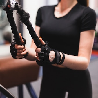 Close-up, de, um, mão mulher, fazendo, triceps, exercício