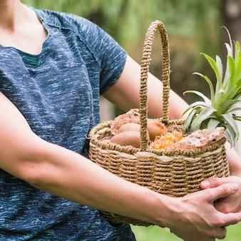 Close-up, de, um, mão mulher, segurando, frutas frescas, em, cesta
