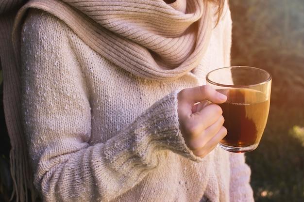 Close-up, de, um, mão mulher, segurando, xícara chá