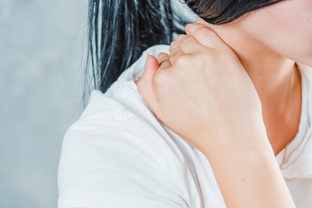 Close-up, de, um, mão mulher, tocar, dela, pescoço
