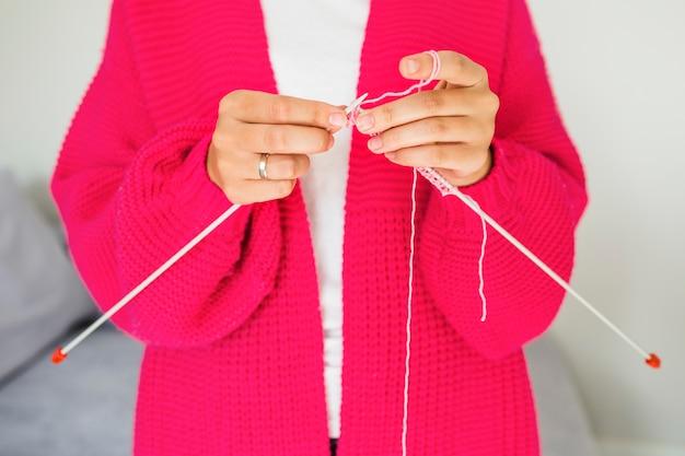 Close-up, de, um, mão mulher, tricotando lã