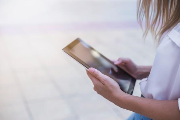 Close-up, de, um, mão mulher, usando, tablete digital
