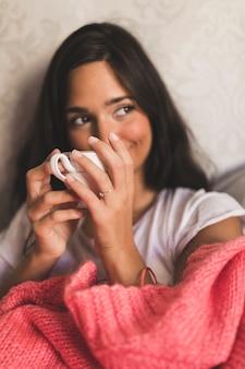 Close-up, de, um, menina adolescente, xícara café, olhando