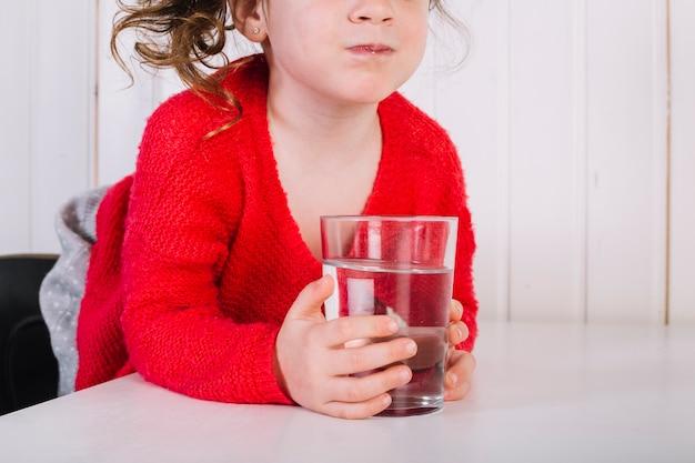 Close-up, de, um, menina, com, vidro água