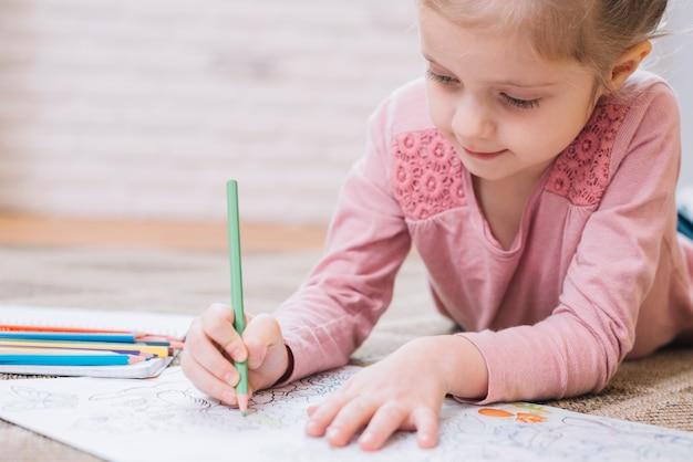 Close-up, de, um, menina, desenho, em, livro, com, lápis colorido