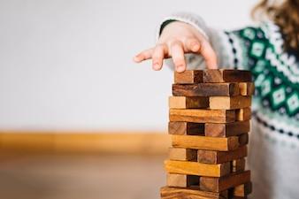 Close-up, de, um, menina, mão, empilhando, blocos madeira