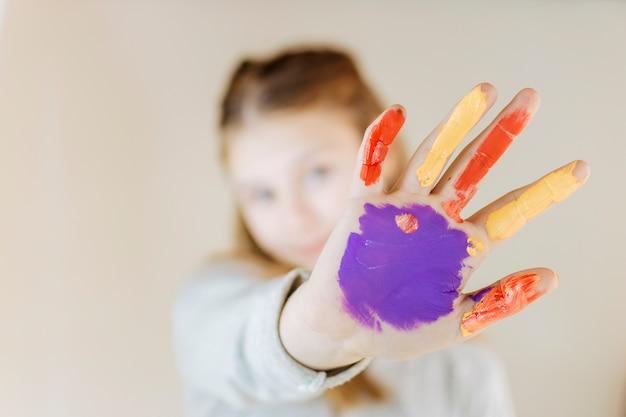 Close-up, de, um, menina, pintado, mãos