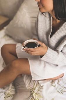 Close-up, de, um, menina, xícara café segurando