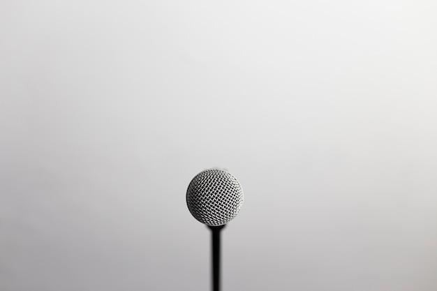 Close up de um microfone na frente da câmera