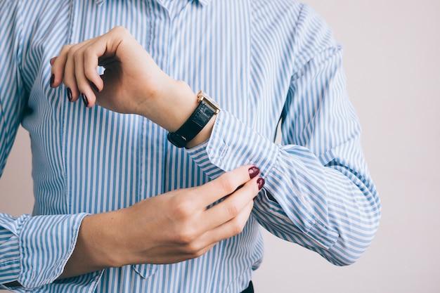 Close-up, de, um, mulher, abotoar uma camisa