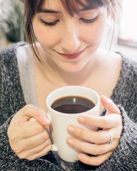 Close-up, de, um, mulher, bebendo, chá preto