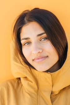 Close-up, de, um, mulher bonita, olhando câmera