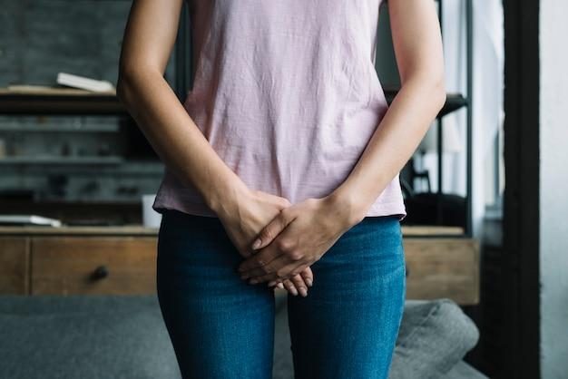 Close-up, de, um, mulher, com, mãos, segurando, dela, crotch
