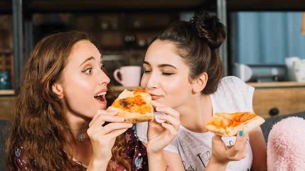 Close-up, de, um, mulher, comer, dela, amigo, pizza