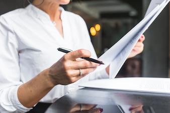 Close-up, de, um, mulher, examinando, documento