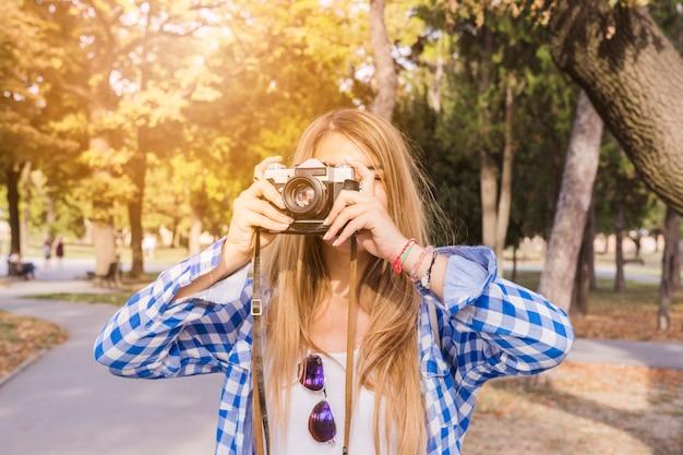 Close-up, de, um, mulher, levando, foto, ligado, câmera