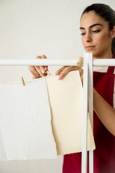 Close-up, de, um, mulher, papel suspensão, com, clothespin