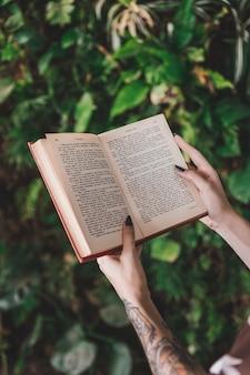 Close-up, de, um, mulher segura livro, em, mão