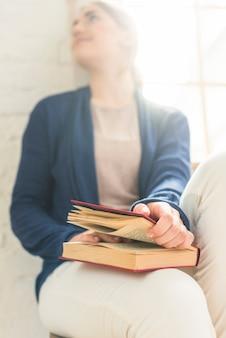 Close-up, de, um, mulher segura livro