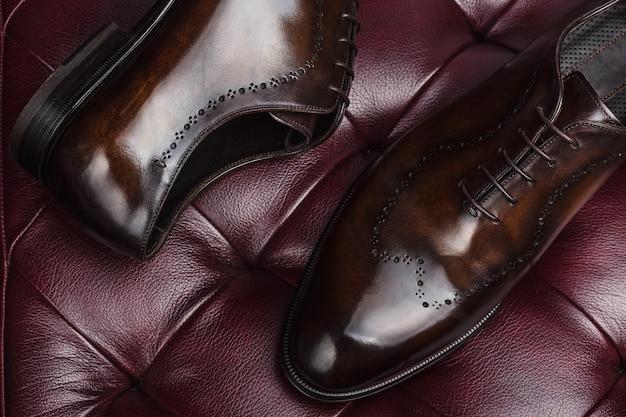 Close-up de um novo par de sapatos de couro marrom