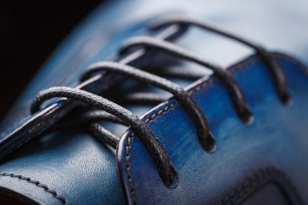 Close-up de um novo sapato de couro azul
