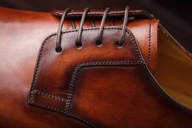 Close-up de um novo sapato de couro marrom