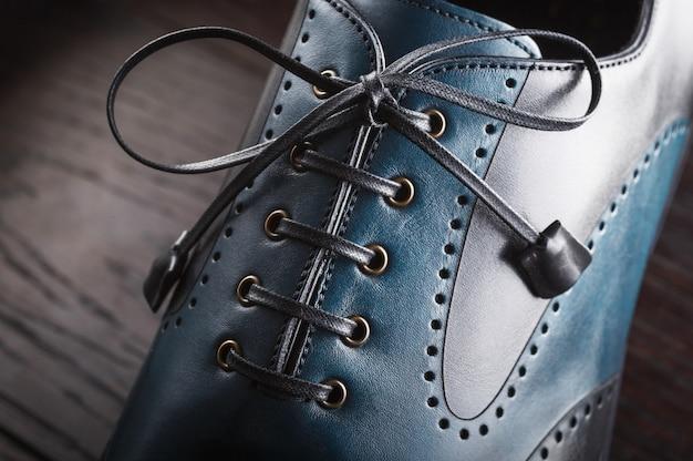 Close-up de um novo sapato de couro