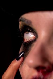 Close-up de um olho roxo de maquiagem