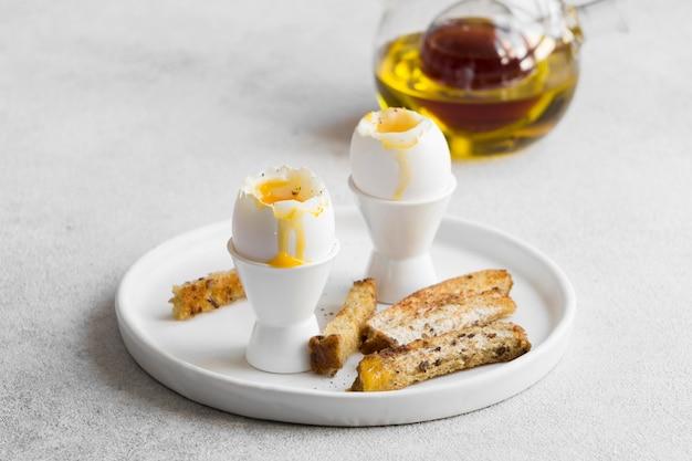 Close-up de um ovo delicioso com palitos de pão