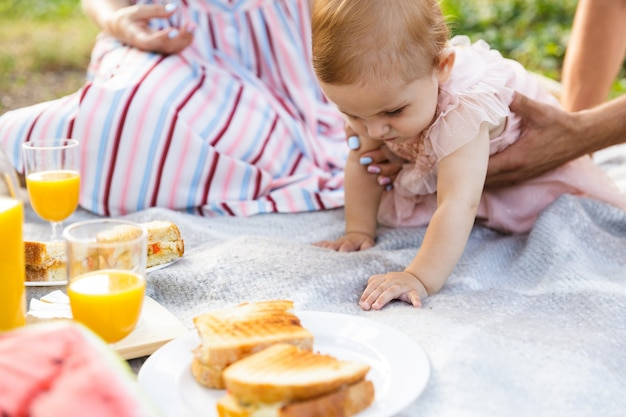 Close-up de um pai com sua filha fazendo piquenique