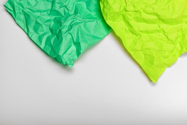 Close-up de um papel amassado com borda ondulada