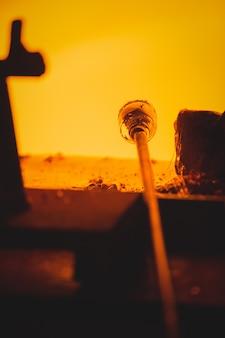 Close-up de um pedaço de vidro aquecido no forno