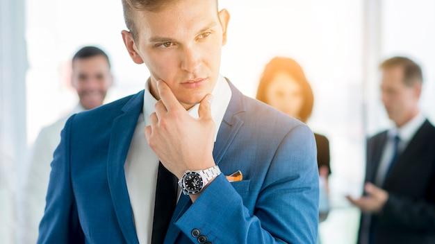 Close-up, de, um, pensativo, jovem, homem negócios