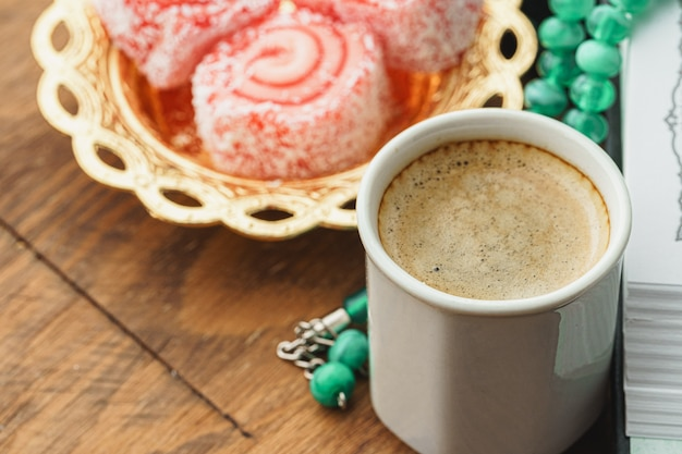 Close-up de um pequeno prato com doces turcos e xícara de café expresso