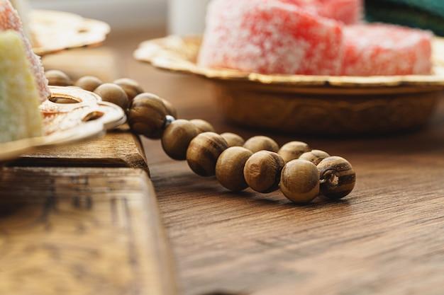 Close up de um pequeno prato oriental com delícias turcas