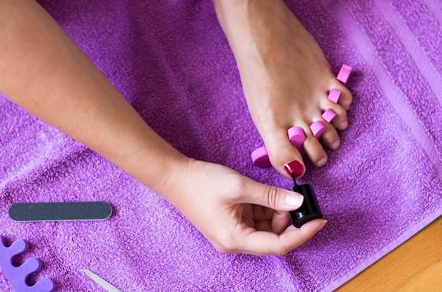 Close-up, de, um, pés femininos, tendo, um, tratamento beleza, pedicure, para, pregos