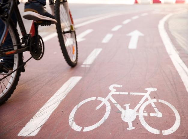 Close-up, de, um, pessoa, montando, a, bicicleta, ligado, a, ciclo, pista