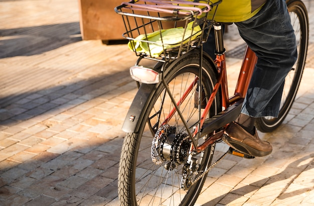 Close-up, de, um, pessoa, montando, a, bicicleta, rua