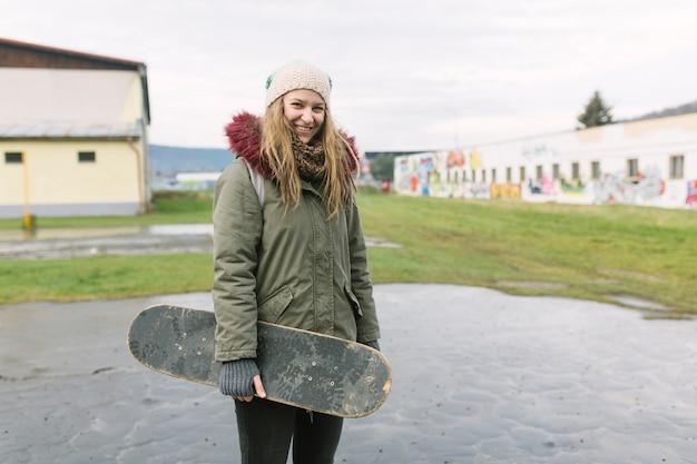 Close-up, de, um, pessoa, segurando, skateboard, em, mão