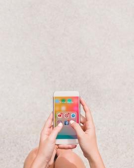 Close-up, de, um, pessoa, usando, social, mídia, aplicação, ligado, cellphone