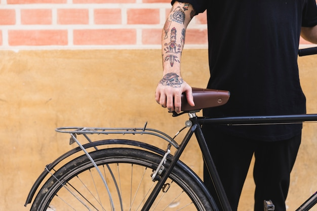 Close-up, de, um, posição homem, com, bicicleta, frente, parede