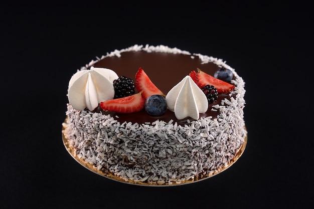 Close up de um saboroso bolo marrom decorado com coco