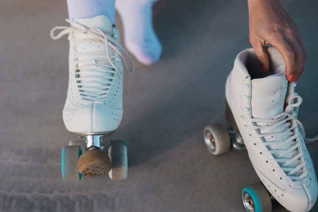 Close-up, de, um, skater feminino, removendo, a, patim rolo