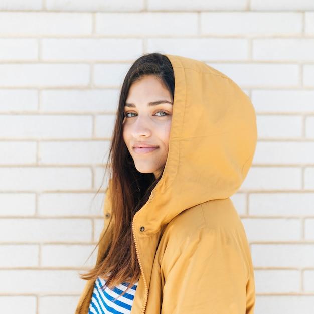 Close-up, de, um, sorrindo, bonito, mulher jovem