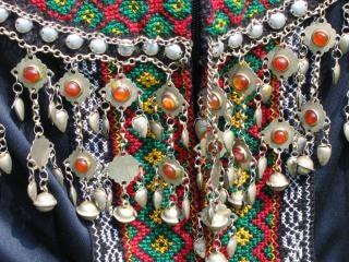 Close up de um vestido tribal